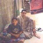 Issa, 14 anni, ferito nel dicembre 2004, ha perso entrambe le gambe. Nella foto, scattata a Beit Lahia nell'aprile 2005, Issa con il padre.