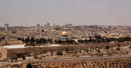 La spianata delle moschee deserta e controllata durante la preghiera del venerdi' dopo la strage di Nablus dell'agosto 2001