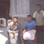 Ibrahim, 14 anni, ferito nel dicembre 2004, ha perso entrambe le gambe. Nella foto, scattata a Beit Lahia nell'aprile 2005, Ibrahim con i due fratelli più grandi.