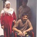 Imad, 16 anni, ferito nel dicembre 2004, ha perso entrambe le gambe. Nella foto, scattata a Beit Lahia nell'aprile 2005, Imad con i genitori.